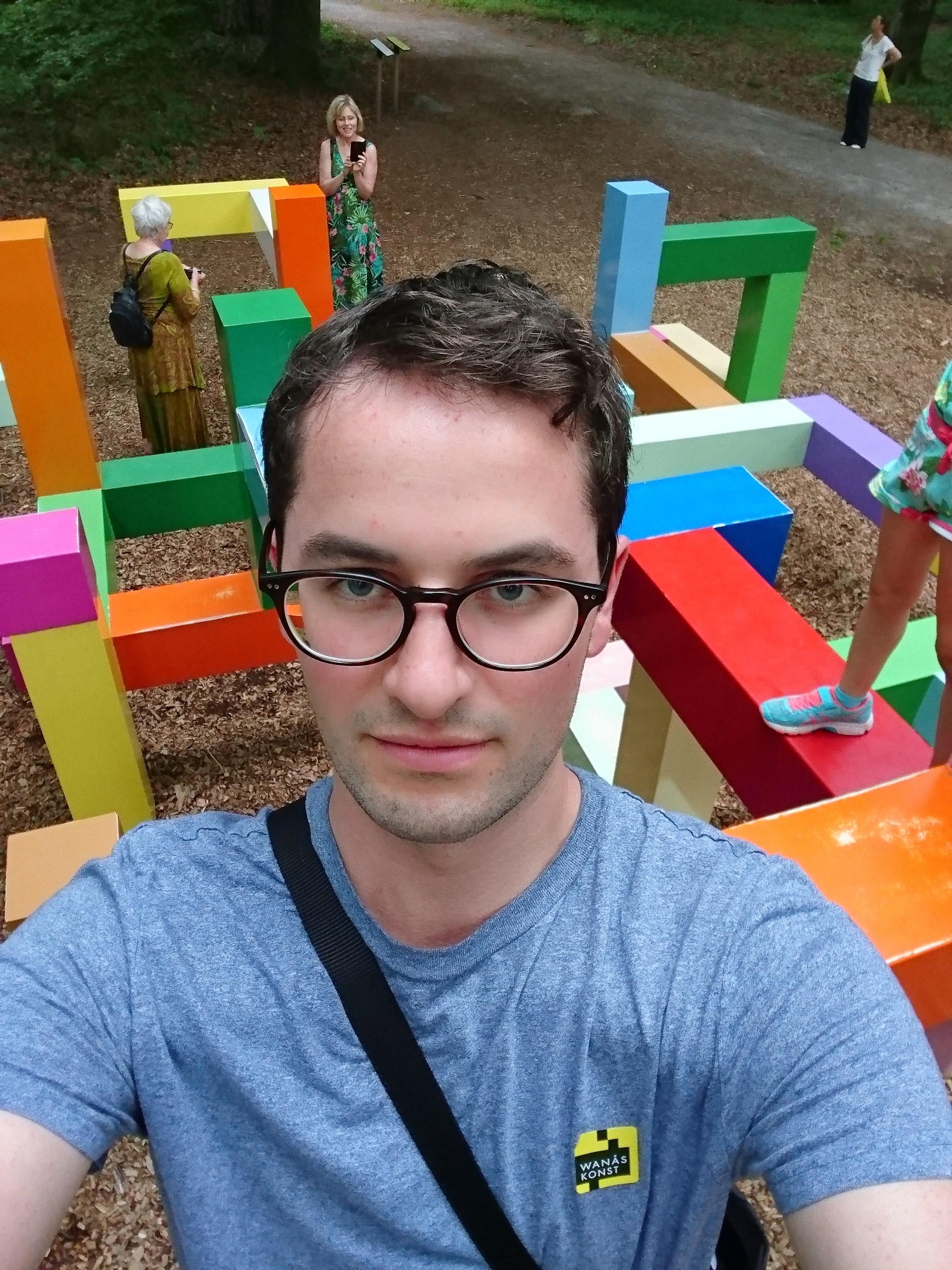 "Johan tar selfie på Jacob Dahlgrens ""Primary Structure"" (2011)"