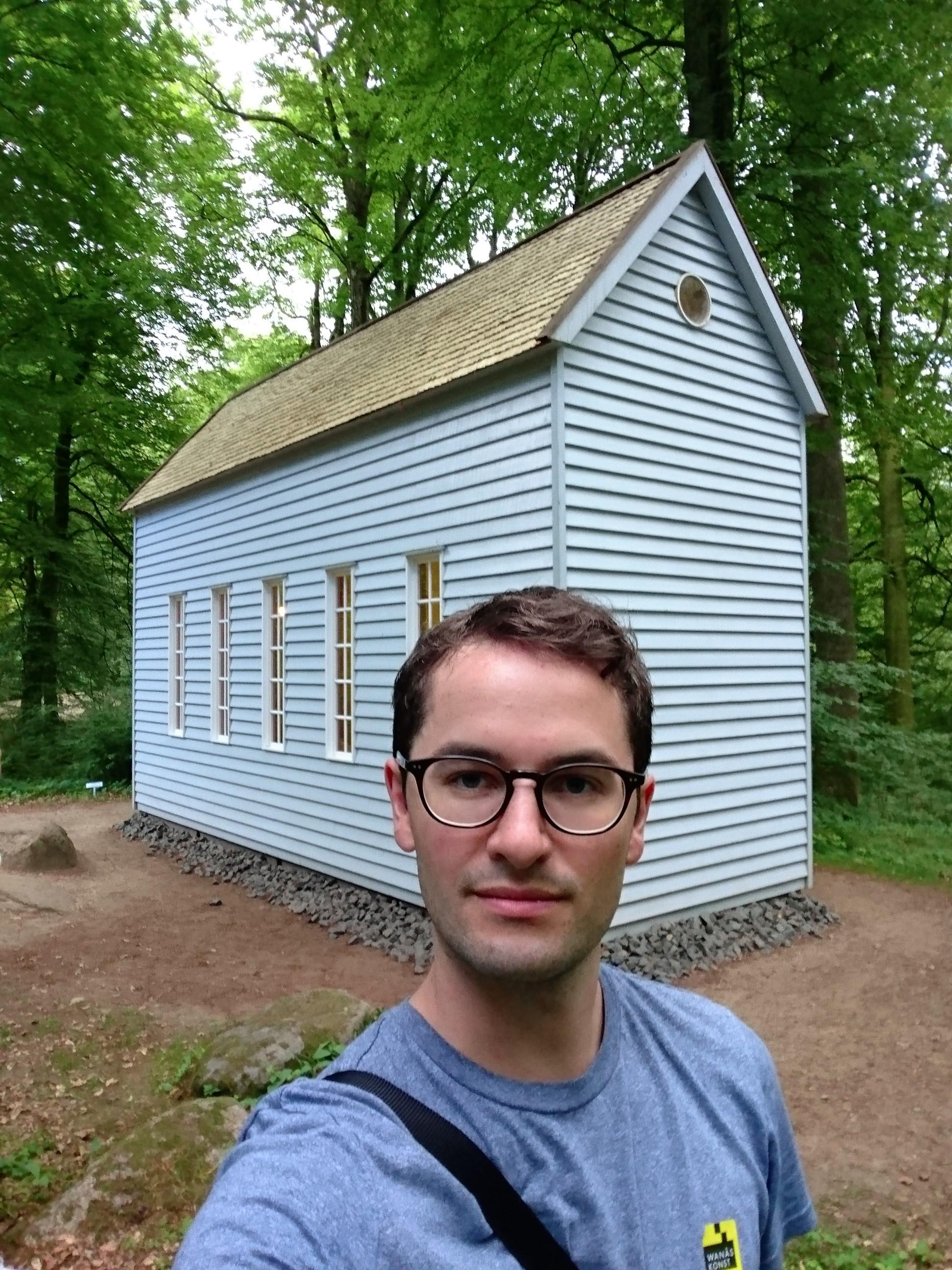 """Johan tar selfie vid Robert Wilsons """"A House for Robert Denby"""" (2000)"""
