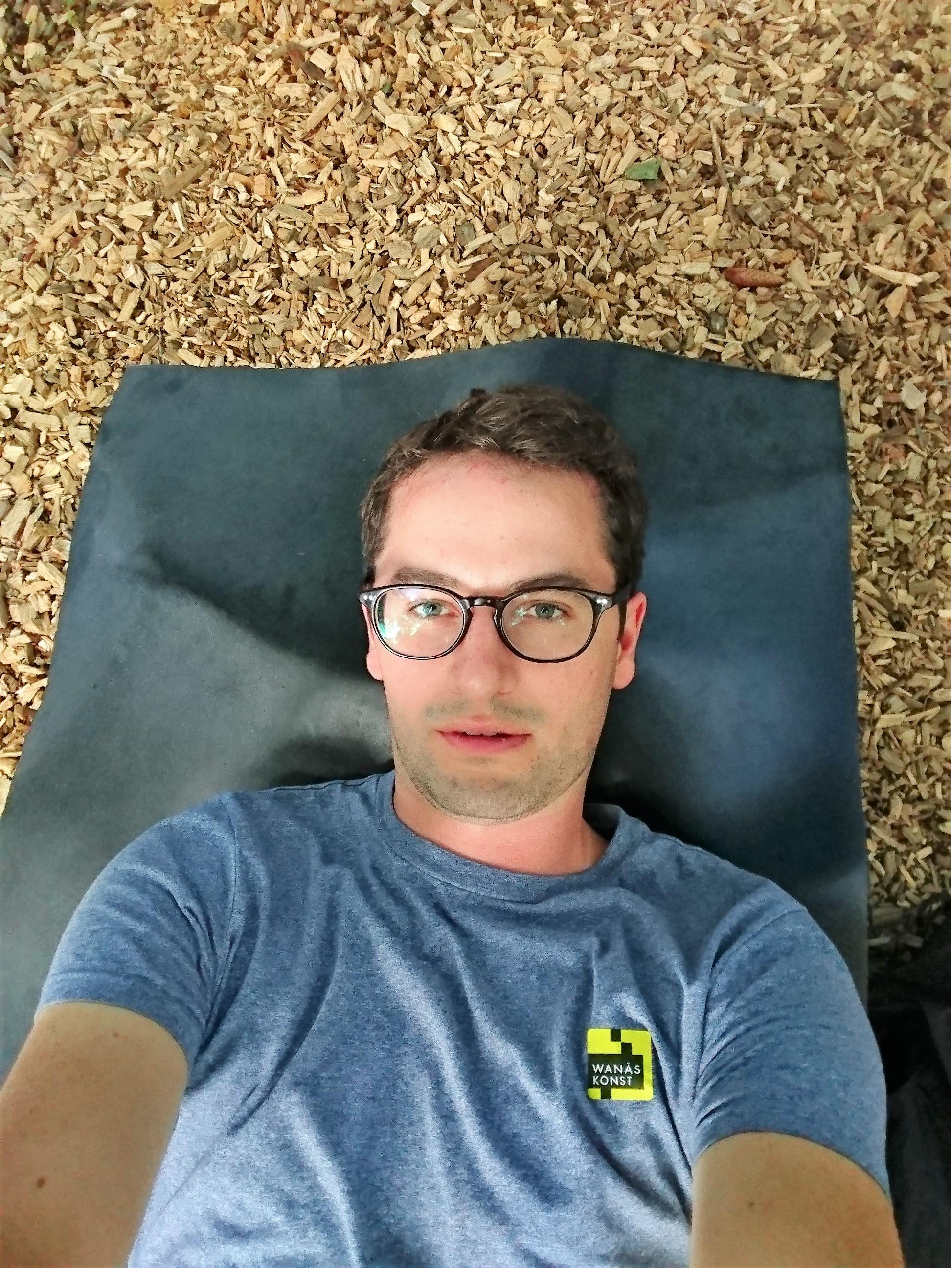 Johan tar selfie i liggande position
