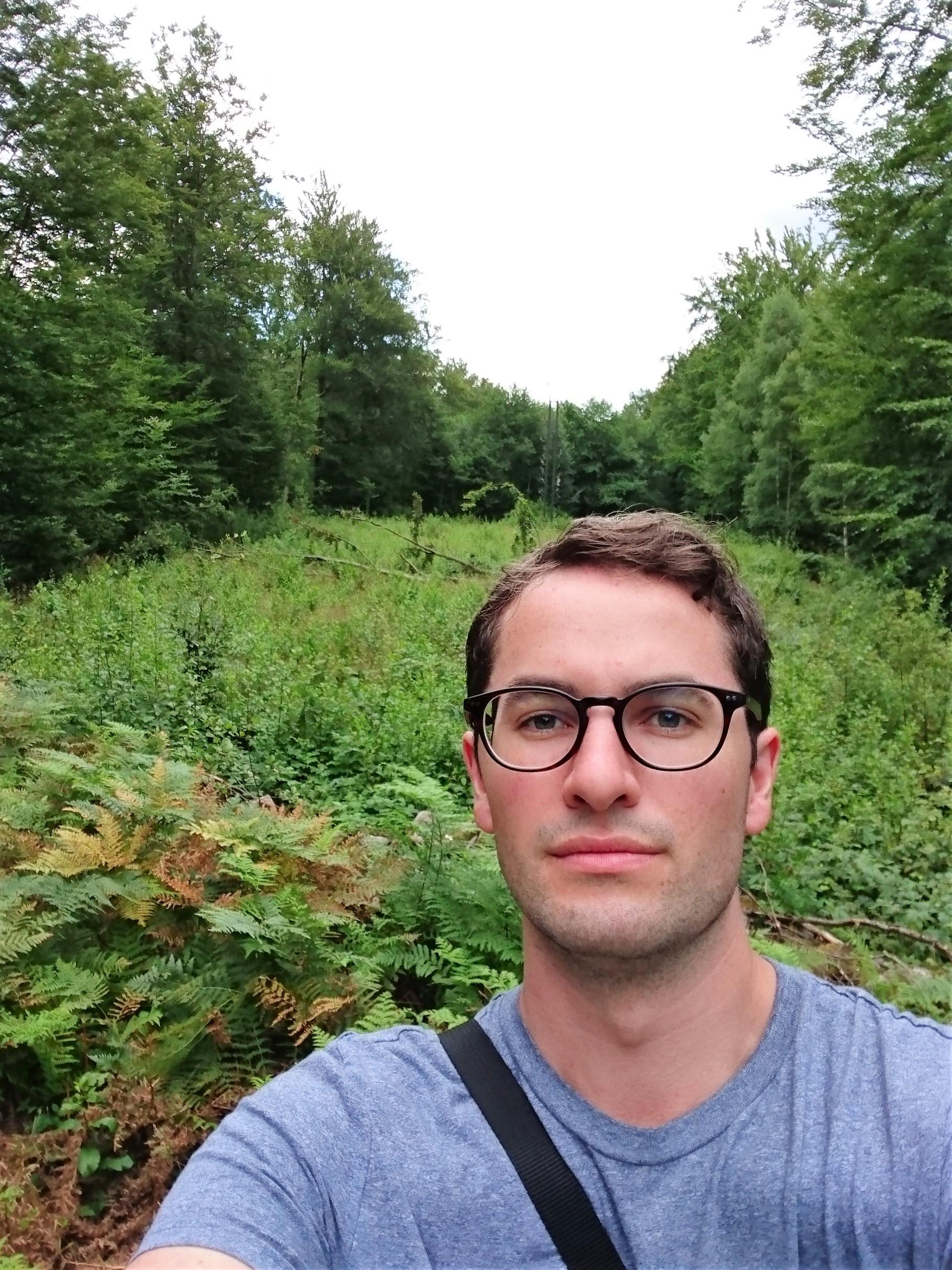 Johan tar selfie bland träden
