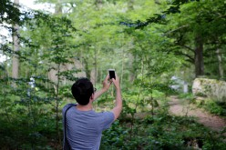 Tobias tar bild på Johan som tar selfie