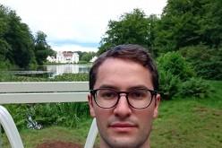 Johan tar selfie framför slottet