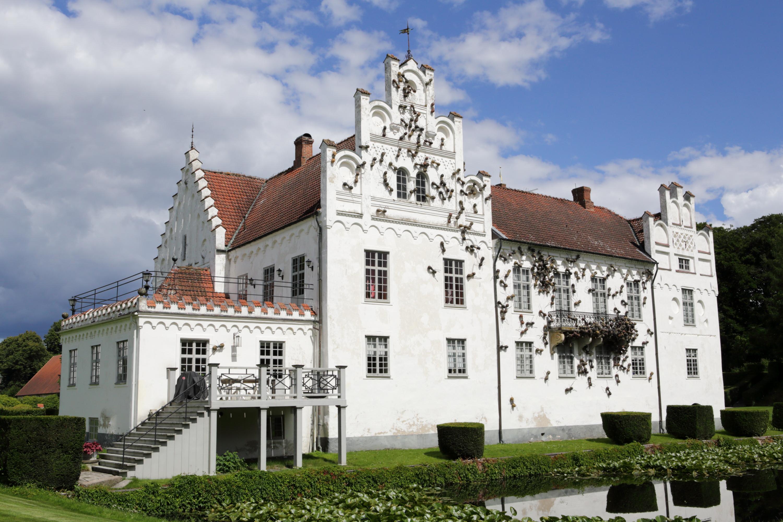 Wanås Slott med installation av Rafael Gómezbarros